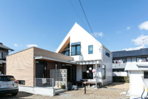 まっ白い三角屋根の家イメージ