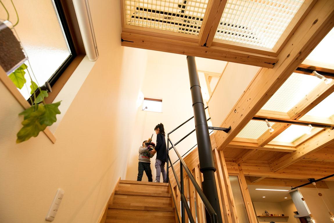 薪ストーブのある二世帯住宅_リビング階段