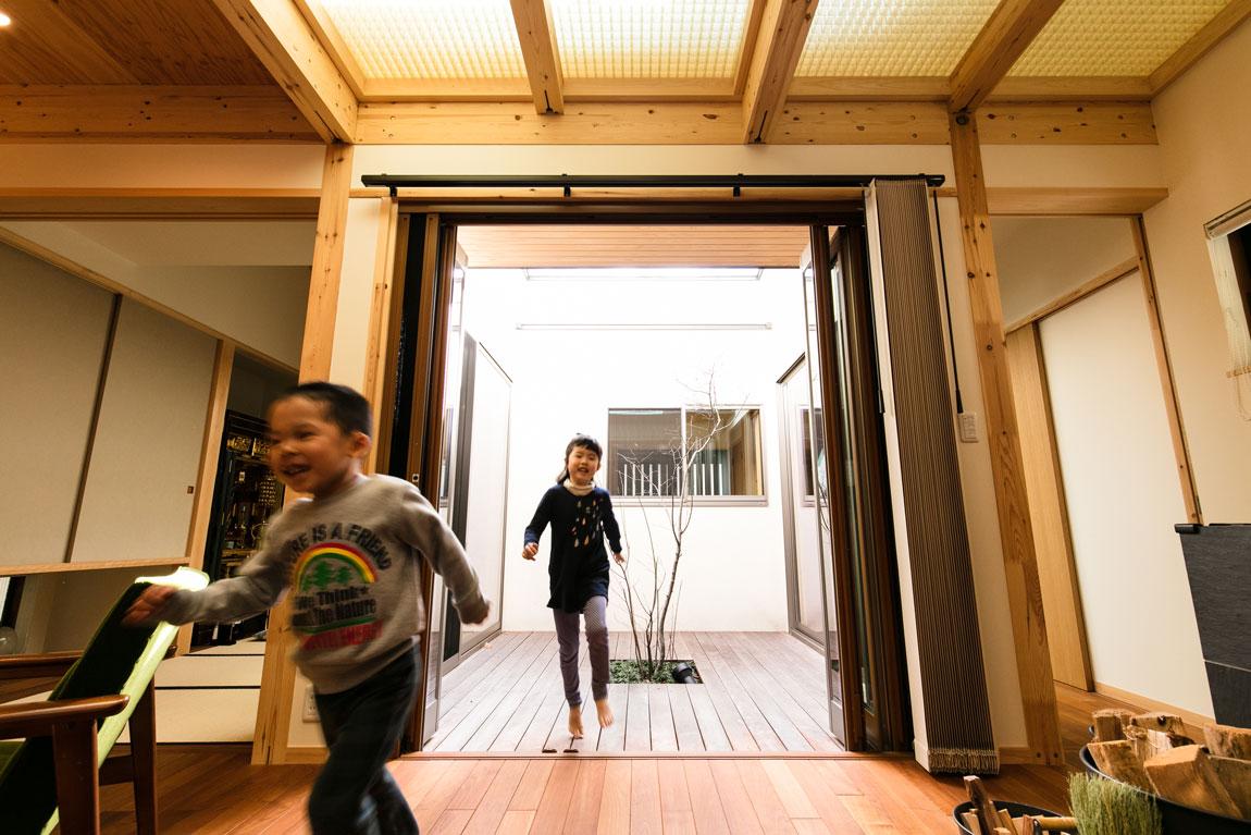 薪ストーブのある二世帯住宅_中庭