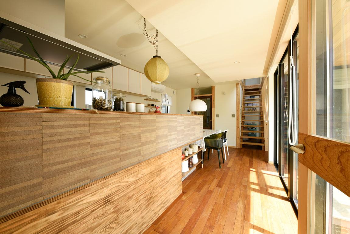 SE構法で地震にも安心。三角屋根の長期優良住宅_ダイニングキッチン