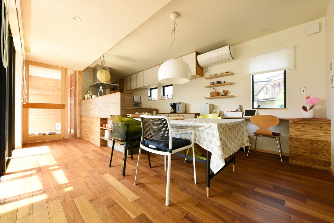 SE構法で地震にも安心。三角屋根の長期優良住宅_ダイニングテーブル