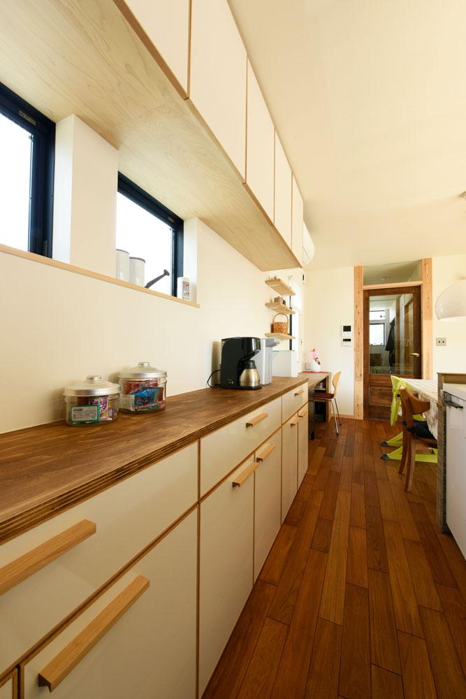 SE構法で地震にも安心。三角屋根の長期優良住宅_キッチン収納