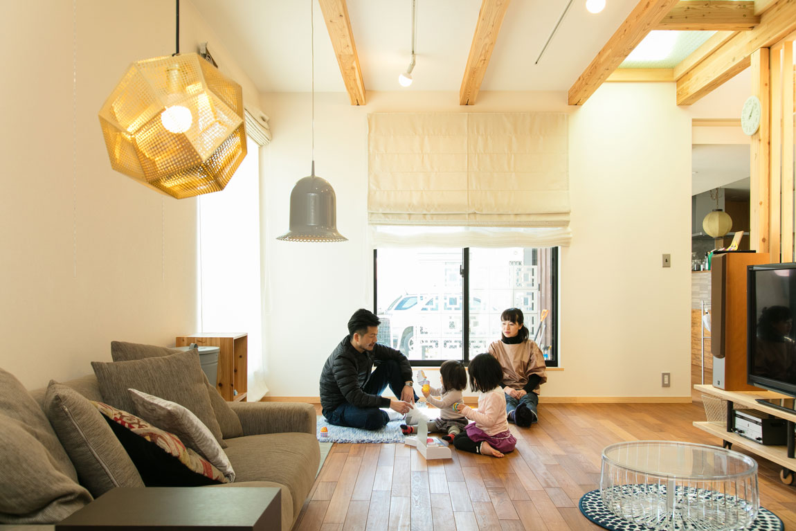 SE構法で地震にも安心。三角屋根の長期優良住宅_リビングルーム