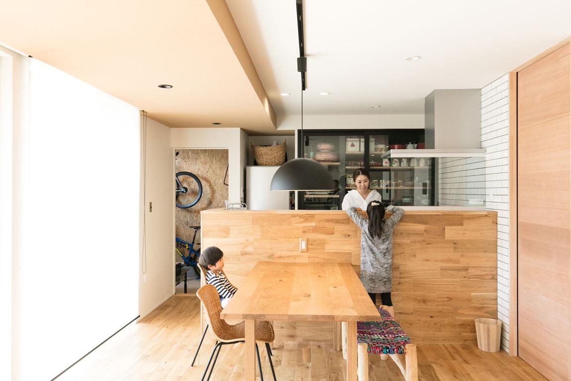 黒いスタイリッシュな住宅_ダイニングキッチン
