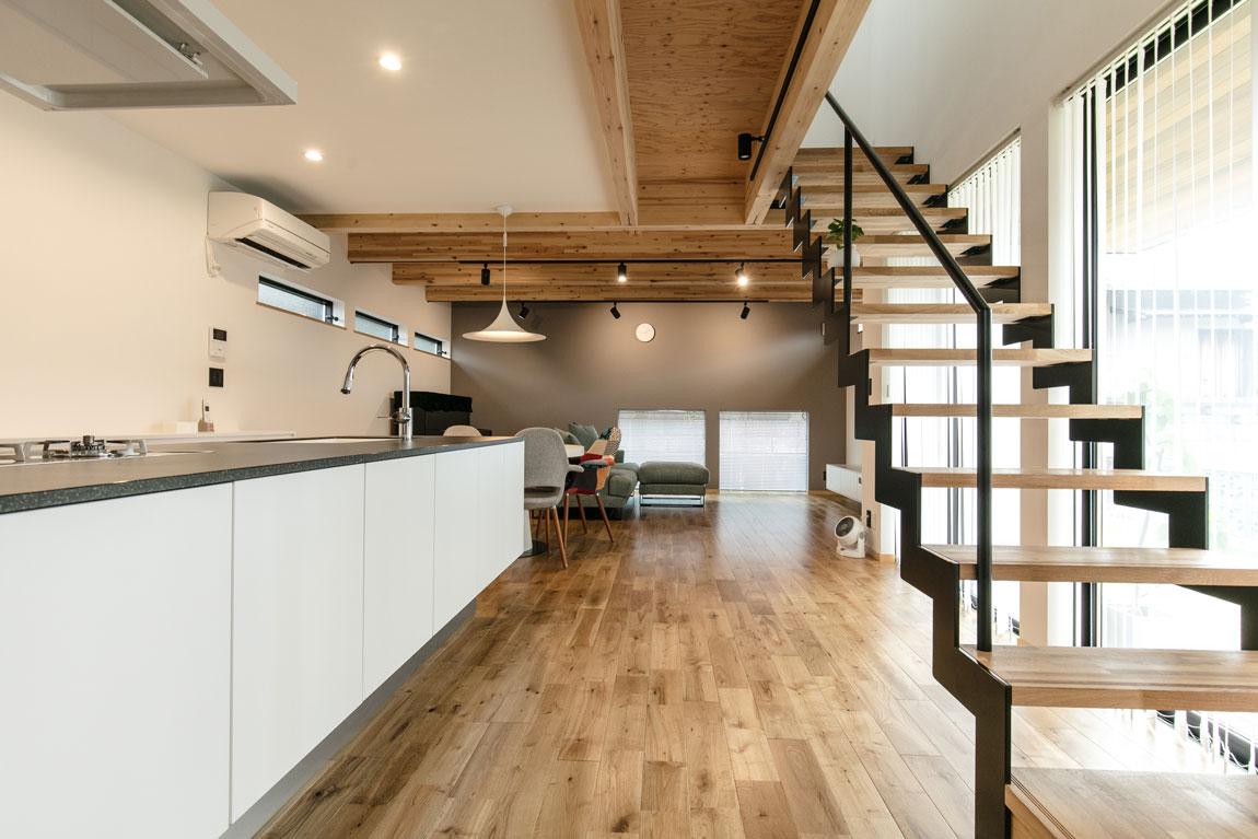 シンプルな箱型SE構法の家_リビング階段