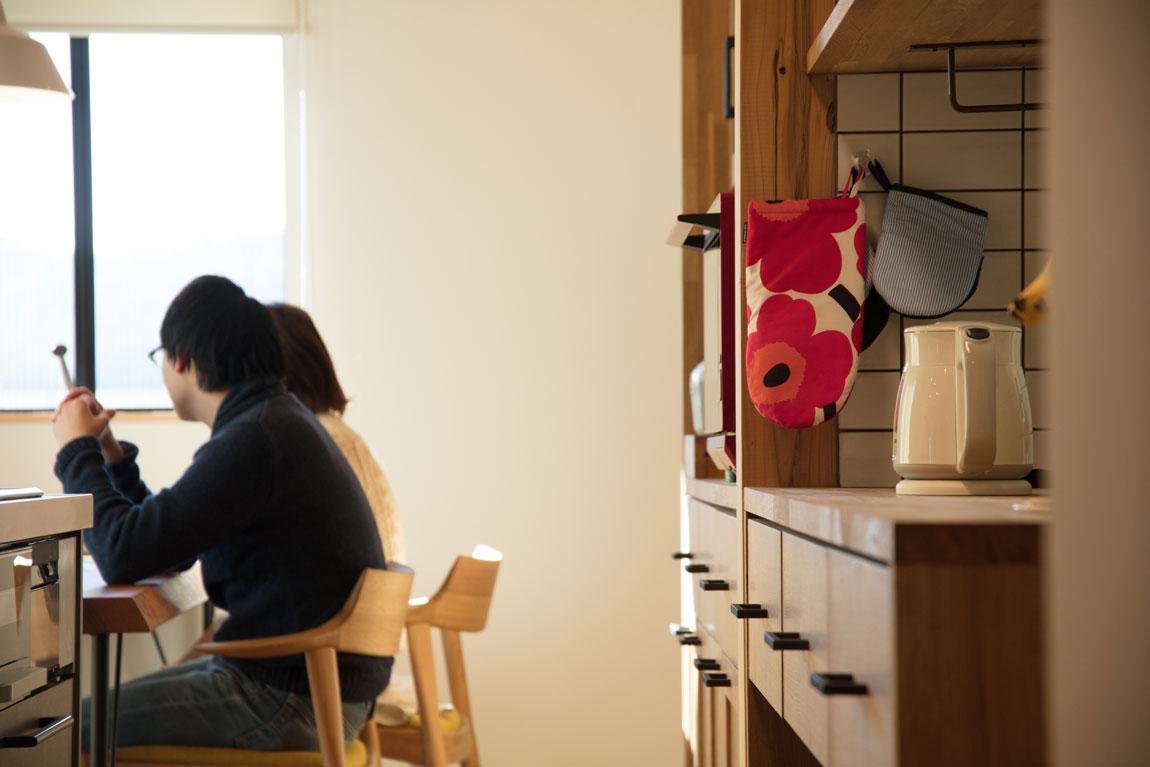 大きなデッキのあるL字型の家_キッチン