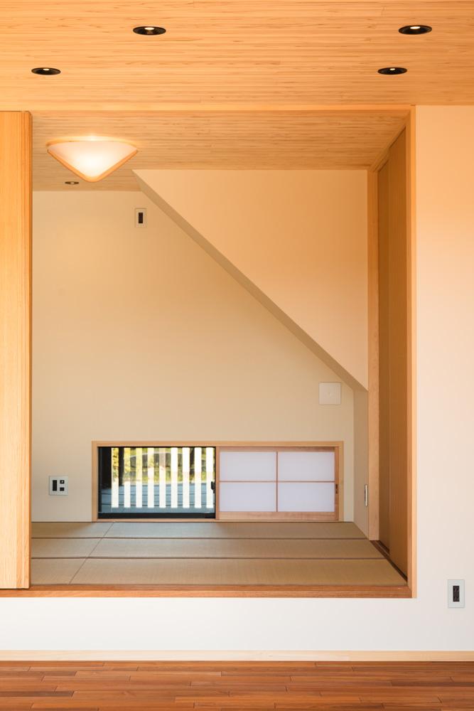 大きなデッキのあるL字型の家_和室