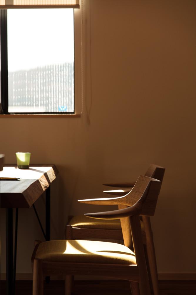 大きなデッキのあるL字型の家_ダイニングテーブル