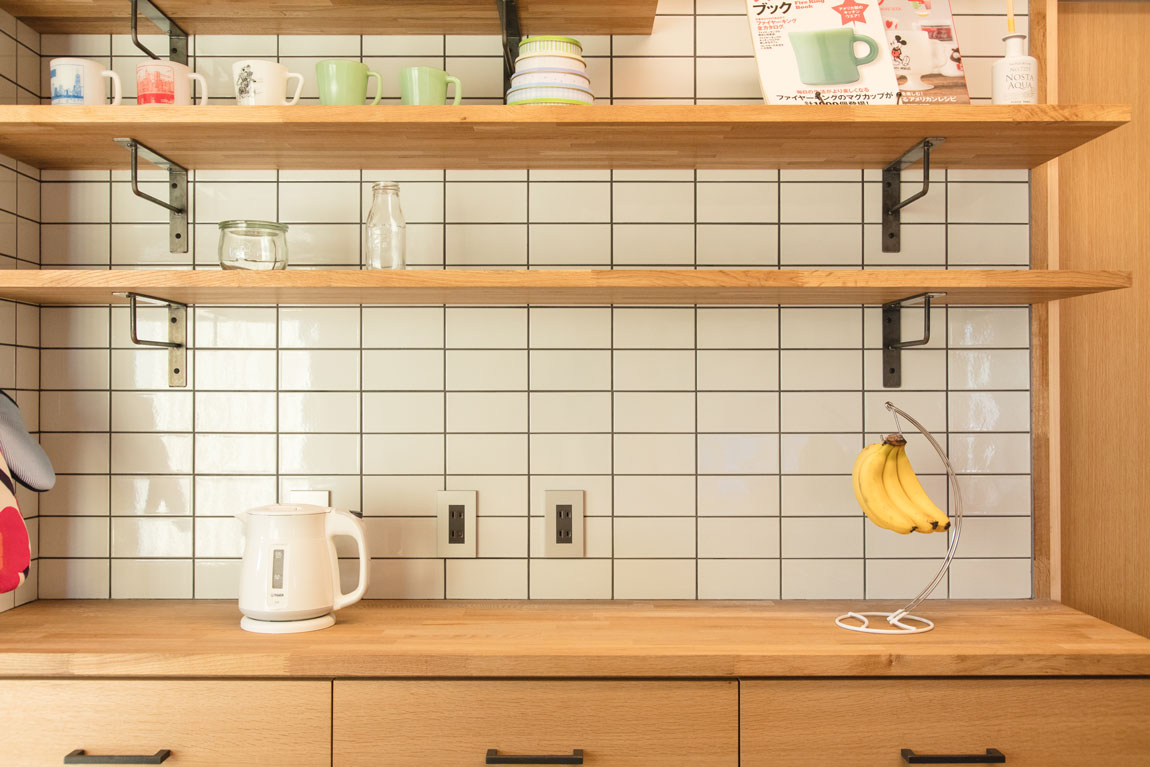 大きなデッキのあるL字型の家_キッチンタイル