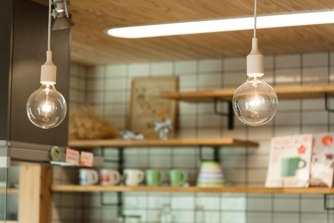 大きなデッキのあるL字型の家_キッチン照明