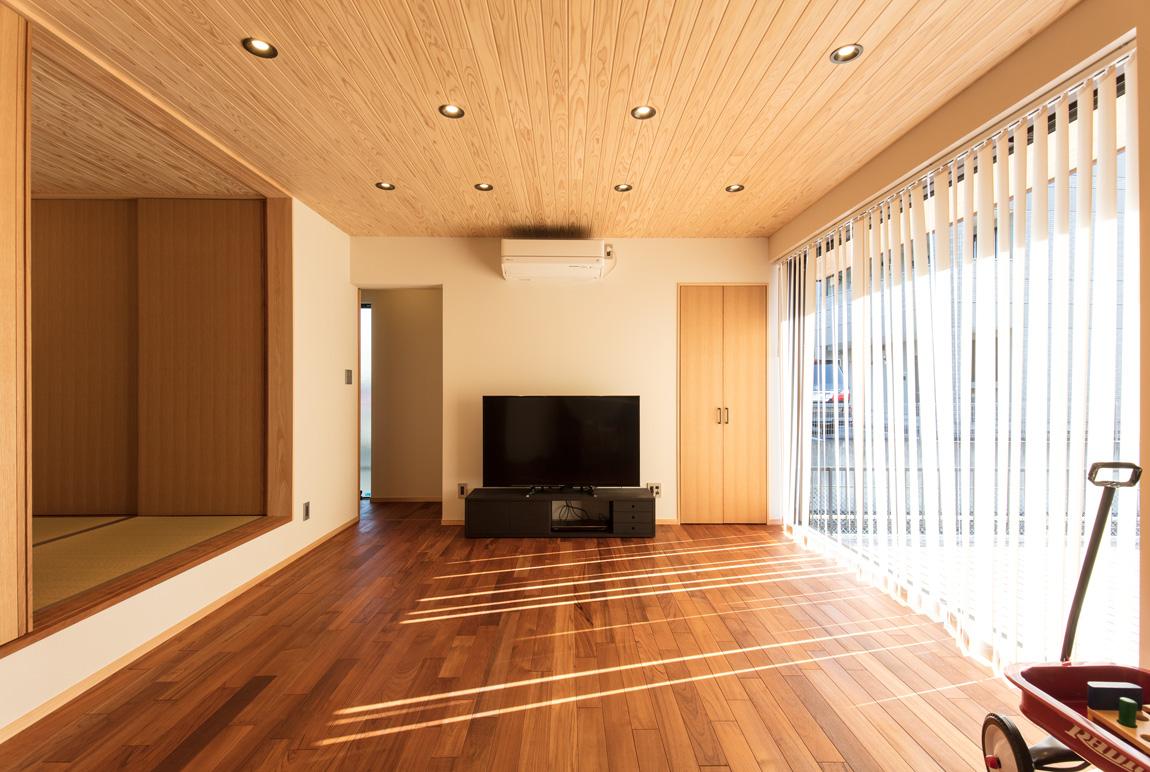 大きなデッキのあるL字型の家_リビングルーム