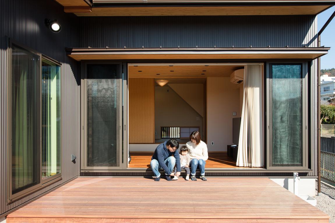 大きなデッキのあるL字型の家_ウッドデッキ